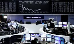 Трейдеры на бирже Франкфурта-на-Майне. Европейские акции открылись снижением в понедельник, а самый значительный спад претерпели акции Hennes & Mauritz после выхода отчёта о продажах. REUTERS/Staff/Remote