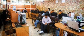 Imagen de archivo de un café de internet en Teherán, mayo 9, 2011. Irán lanzó una nueva campaña de represión contra las redes sociales, que incluyeron el arresto de modelos que compartían fotos en páginas web y del administrador de un website de blogs, después de que el máximo líder de Teherán declaró la guerra contra pensamientos anti-islámicos en internet.         REUTERS/Raheb Homavandi