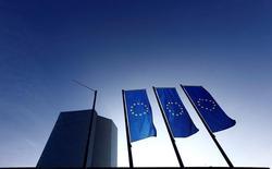 Siège de la Banque centrale européenne à Francfort. La  BCE a limité ses achats d'obligations d'Etat portugaises et irlandaises le mois dernier de peur d'atteindre les limites qu'elle s'est fixées, ce qui pourrait signifier que ces pays vont désormais bénéficier moins qu'auparavant de sa politique. /Photo d'archives/REUTERS/Kai Pfaffenbach
