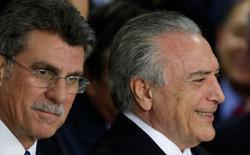 Ministro do Planejamento, Romero Jucá é fotografado ao lado do presidente interino Michel Temer, em cerimônia de posse de ministros após afastamento de Dilma Rousseff 12/05/2016  REUTERS/Ueslei Marcelino