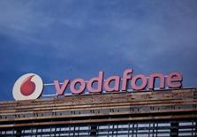 L'opérateur mobile britannique Vodafone annonce  une croissance de son chiffre d'affaires et de son résultat brut d'exploitation pour la première fois depuis 2008, portée par une reprise de son activité en Europe au quatrième trimestre.  /Photo prise le 13 avril 2016/REUTERS/Andrea Comas