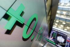 Табло в здании Лондонской фондовой биржи 11 октября 2013 года. Европейские фондовые рынки выросли во вторник после оптимистичных новостей компаний, при этом акции Taylor Wimpey укрепились, так как компания сообщила, что выплатит специальные дивиденды, а бумаги Vodafone подорожали после отчёта о прибыли. REUTERS/Stefan Wermuth