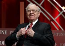 Warren Buffett, CEO de Berkshire Hathaway, durante un evento en Washington, el 13 de octubre de 2015. La participación de Warren Buffett en Apple muestra no sólo cómo han cambiado el inversionista y el fabricante del iPhone, sino también cómo ha cambiado el mundo. REUTERS/Kevin Lamarque