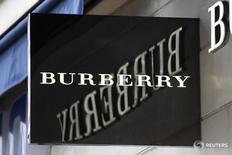 Burberry annonce qu'il va réorganiser son pôle détail et simplifier sa gamme de produits, le groupe de luxe britannique, notamment connu pour ses imperméables, prenant ainsi acte d'un recul de 10% du bénéfice ajusté imposable dégagé sur l'exercice 2015-2016, clos le 31 mars. /Photo prise le 10 mars 2016/REUTERS/Charles Platiau