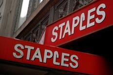 Вывески магазина Staples в Нью-Йорке. 13 мая 2016 года. Крупнейший ритейлер товаров для офиса Staples, который на прошлой неделе отменил запланированное слияние с Office Depot Inc, отчитался о падении квартальных продаж на 3 процента из-за укрепления доллара и закрытия ряда магазинов. REUTERS/Brendan McDermid