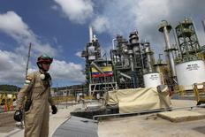Imagen de archivo de la refinería de petróleo Esmeraldas de Ecuador, dic  17, 2015. La mayor refinería de Ecuador, Esmeraldas, con capacidad para procesar 110.000 barriles por día (bpd) de crudo, operaba el miércoles al 77 por ciento, tras una paralización de algunas de sus operaciones luego de un fuerte sismo que azotó al país el miércoles, dijo el Gobierno.  REUTERS/Guillermo Granja