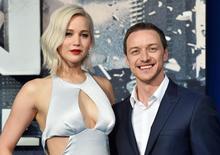 "Jennifer Lawrence e James MacAvoy, que estão no filme ""X-Men Apocalipse"", posam em Londres.  9/5/2016.  REUTERS/Hannah McKay"