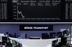 Зал фондовой биржи фо Франкфурте-на-Майне 14 января 2016 года. Европейские акции снизились в четверг, так как падение цен на нефть и металлы оказало давление на сырьевые бумаги, в то время как опасения о повышении ставок в США в ближайшей перспективе также сказались на рынках. REUTERS/Staff/Remote
