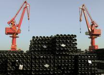 """Los fabricantes de acero chinos criticaron el jueves los nuevos aranceles de importación en Estados Unidos para productos de acero, a los que calificaron de """"proteccionismo comercial"""", y dijeron que el mayor productor del mundo necesita tiempo para atajar su exceso de capacidad. En la imagen, grúas sobre productos de acero destinados a la exportación en el puerto de Lianyungang, provincia de Jiangsu, China, 1 de diciembre de 2015. REUTERS/China Daily/File Photo"""