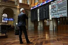 El Ibex-35 se mantenía en rojo a media sesión del jueves, en una caída que refleja la renovada expectativa de una bajada de tipos de interés en EEUU en junio tras desvelarse las actas de la última reunión de la Fed, mientras el sector bancario español subía a contracorriente. En la imagen, un operador mira una pantalla en la bolsa de Madrid, el 29 de junio de 2015.  REUTERS/Susana Vera