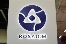 Логотип Росатома на World Nuclear Exhibition в Ле-Бурже 14 октября 2014 года. Российская государственная корпорация по ядерной энергии Росатом собирается заключить соглашения о сотрудничестве с Кенией, Угандой и Замбией, чтобы положить начало более широкому присутствию в Африке к югу от Сахары помимо запланированной попытки начать строительство атомных электростанций в Южной Африке. REUTERS/Benoit Tessier