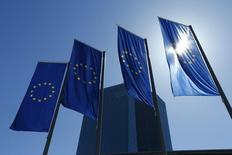 Les gouverneurs de la Banque centrale européenne sont convenus, lors de leur dernière réunion en avril, de la nécessité de défendre la BCE contre un nombre croissant de critiques, alors que la politique ultra-accommodante de l'institution est attaquée en Allemagne. /Photo prise le 21 avril 2016/REUTERS/Ralph Orlowski