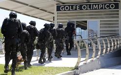 Membros do Bope participam de simulação para Jogos do Rio de Janeiro.  11/2/2015. REUTERS/Sergio Moraes