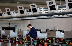 Funcionário trabalha em novo terminal do aeroporto internacional do Galeão durante sua cerimônia de abertura, no Rio de Janeiro 19/05/2016 REUTERS/Pilar Olivares