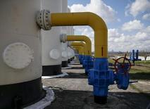 El fondo de infraestructuras de Goldman Sachs está buscando banco y despacho de abogados para que le asesoren en la venta del grupo de infraestructuras de gas Redexis, dijeron cinco fuentes conocedoras de las conversaciones. Imagen de archivo en la que se ven válvulas y conductos en una planat de compresión de gas en Kiev, Rusia, el 22 de abril de 2015. REUTERS/Gleb Garanich