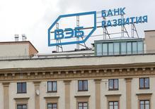 Логотип ВЭБа на крыше здания в Москве. 22 апреля 2016 года. Внешэкономбанк может продать Газпрому принадлежащие банку 3,6 процента акций газовой монополии, сообщил журналистам глава Минэкономразвития Алексей Улюкаев. REUTERS/Maxim Zmeyev