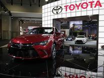 Toyota Camry на автошоу в Вашингтоне 22 января 2015 года. Toyota Motor Corp отзывает в России 7.536 автомобилей Toyota Camry и Lexus ES 200, сообщил в четверг Росстандарт. REUTERS/Gary Cameron