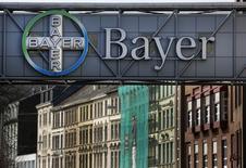 Un fonds actionnaire de Bayer s'en est pris vendredi au président du directoire du géant allemand de la chimie au sujet de l'offre de rachat de l'américain Monsanto. L'annonce de cette offre, dont le montant n'a pas été précisé mais qui est évaluée à plusieurs dizaines de milliards d'euros, a fait plonger de plus de 8% le cours de Bourse du groupe allemand. /Photo d'archives/REUTERS/Ina Fassbender