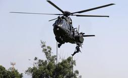 Soldado brasileiro desce de helicóptero em exercício para a segurança dos Jogos Olímpicos no Rio de Janeiro 06/04/2016  REUTERS/Ricardo Moraes