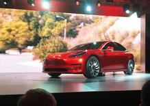 Sedã Model 3, da Tesla, é exibido durante seu lançamento em Hawthorne, Califórnia 31/03/2016 REUTERS/Joe White/File Photo