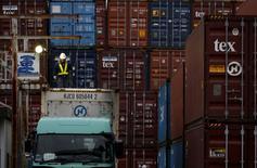 Las exportaciones de Japón sufrieron en abril su mayor caída en tres meses, al pasarles factura la fortaleza del yen y la debilidad de China y otros mercados emergentes, lo que anticipa unas débiles perspectivas para la evolución de la economía del país en el trimestre en curso. En la imagen de archivo, un trabajador en un área de contenedores en un puerto de Tokio, el 16 de marzo de 2016. REUTERS/Toru Hanai