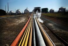 La Comisión Nacional de Mercados y Competencia (CNMC) comunicó el lunes que ha impuesto un multa de 400.000 euros al grupo de energía portugués Galp por vulnerar varios derechos de los consumidores, entre ellos el de elegir libremente su suministrador de energía eléctrica.  En la imagen de archivo, instalaciones de la refinería de Galp Energia cerca de Sines, el 10 de febrero de 2012. REUTERS/Rafael Marchante
