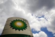 La sorprendente salida del jefe de exploración de BP ha puesto el foco de atención en una estrategia de búsqueda de petróleo que, después de años de recortes de presupuestos, se centra principalmente en la ampliación de los campos existentes en lugar de aventurarse hacia lo desconocido sin reparar en gastos. En la imagen, logo de BP en una gasolinera en Londres, 29 de julio de 2014REUTERS/Luke MacGregor/File Photo