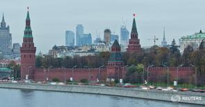 Вид на Кремль, здание МИД и деловой район в Москве 18 октября 2011 года. Россия размещает первый с 2013 года новый выпуск еврооблигаций в долларах США с погашением в мае 2026 года, ориентируя инвесторов на доходность в диапазоне  4,65-4,90 процента годовых, сказали Рейтер два источника в финансовых кругах.  REUTERS/Anton Golubev