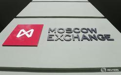 Логотип на здании Московской биржи 14 марта 2014 года. Российский фондовый рынок начал неделю со снижения в условиях подешевевшей нефти, и слабее других выглядят акции нефтегазового сектора, в особенности Роснефть. REUTERS/Maxim Shemetov