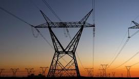 Reino Unido está yendo hacia una nueva forma de asegurarse que no se queda sin electricidad, una que podría poner el mercado de energía patas arriba: en lugar de pagar a las eléctricas para que produzcan más electricidad, está pagando a empresas que garantizan que se reduce la demanda industrial.  Imagen de una torre electrica en Sudáfrica el 17 de julio de 2009.  REUTERS/Mike Hutchings/File Photo