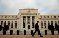 Мужчина проходит мимо здания ФРС в Вашингтоне 16 декабря 2015 года. Ужесточение денежно-кредитной политики Федеральной резервной системы США в 2017 году, вероятно, будет немного быстрее, чем в текущем году, заявил высокопоставленный чиновник ФРС в понедельник, отметив, что решение о повышении ставки в следующем месяце будет зависеть от экономических показателей. REUTERS/Kevin Lamarque/File Photo