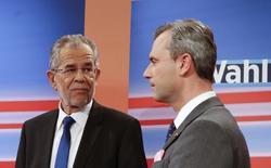 Кандидаты в президенты Австрии Норберт Хофер (справа) и будущий победитель выборов, опирающийся на поддержку зеленых Александр ван дер Беллен (слева) на теледебатах в Вене 22 мая 2016 года. Австрия во втором туре избрала президентом 72-летнего бывшего лидера партии зеленых, едва не став первым государством ЕС, которое возглавил бы ультраправый политик. REUTERS/Heinz-Peter Bader
