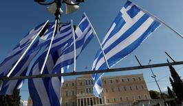 Le Fonds monétaire international (FMI) juge que les objectifs en terme d'excédent budgétaire et de croissance assignés à la Grèce en échange d'un plan d'aide international ne sont pas réalistes. Peu de pays ont réussi pendant longtemps à maintenir un excédent budgétaire primaire de 3,5% et la volonté politique fait défaut pour mettre en oeuvre les mesures nécessaires pour y parvenir, fait valoir le FMI. /Photo d'archives/REUTERS/Yorgos Karahalis