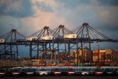 Imagen de archivo de vehículos y contenedores en el puerto de Lázaro Cárdenas, México, nov 20, 2013. La inversión extranjera directa en México se incrementó un 4.3 por ciento en el primer trimestre del 2016, frente al mismo lapso del año previo, de acuerdo con cifras oficiales preliminares difundidas el lunes.    REUTERS/Edgard Garrido