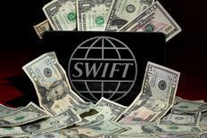 Логотип SWIFT. 26 апреля 2016 года. Глобальная финансовая система SWIFT, лежащая в основе международной банковской системы, сообщила, что планирует запуск новой программы безопасности в рамках борьбы за восстановление своей репутации после скандала с кражей средств у центробанка Бангладеш. REUTERS/Carlo Allegri/Illustration/File Photo