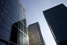 Небоскребы в финансовом квартале Лондона. 26 октября 2015 года. Выручка 12 крупнейших в мире инвестиционных банков упала на 25 процентов в первом квартале в годовом выражении, поскольку экономическая неопределённость и настороженность инвесторов привели к самому медленному старту в начале года со времён финансового кризиса, говорится в исследовании во вторник. REUTERS/Reinhard Krause