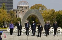 Ministros del exterior de los países del G7 caminan por el Monumento de la Paz de Hiroshima, en Hiroshima, Japón. 11 de abril de 2016. Los líderes del Grupo de los siete (G7) países más desarrollados examinarán los posibles riesgos para el crecimiento de la economía global cuando se reúnan esta semana en una cumbre en el oeste de Japón, dijeron a Reuters fuentes de gobierno. REUTERS/Jonathan Ernst