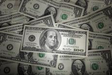 Стодолларовые купюры. Варшава, 13 января 2011 года. Доллар укрепился повсеместно во вторник и пробил максимум восьми недель к евро, поскольку инвесторы пересмотрели сроки нового повышения ставки ФРС США. REUTERS/Kacper Pempel