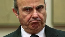 El ministro de Economía en funciones, Luis de Guindos, dijo el martes que no prevé una ralentización de la economía española entre abril y junio, después de que el PIB creciera un 0,8 por ciento el primer trimestre de este año. En la imagen de archivo, De Guindos en el Congreso de los Diputados de Madrid. REUTERS/Andrea Comas