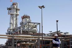 Altos funcionarios y empresas de la Unión Europea instaron a Argelia el martes a que se adapte a unos mercados energéticos más competitivos y así atraer la inversión necesaria para llevar más gas hacia el norte tras años de exportaciones decrecientes.  En la imagen, un técnico en una planta de tratamiento de gas en Krechba, al sur de Argel, el 14 de diciembre de 2008. REUTERS/Zohra