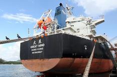 Navio chinês é fotografado no Porto de Santos enquanto é carregado com soja 19/05/2015 REUTERS/Paulo Whitaker
