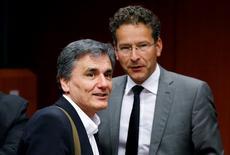 Imagen de archivo del ministro de Finanzas de Grecia, Euclid Tsakalotos (a la izquierda), y el presidente del Eurogrupo, Jeroen Dijsselbloem, durante una reunión extraordinaria de ministros de Finanzas de la zona euro en el Consejo Europeo en Bruselas, Bélgica. 9 de mayo, 2016. La zona euro presentó a Grecia su oferta más firme hasta el momento sobre una eventual reducción de deuda, en un acuerdo que los ministros de Finanzas dijeron que incluye un compromiso para que el Fondo Monetario Internacional vuelva a participar en el rescate para Atenas. REUTERS/Francois Lenoir