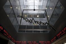 La rentabilidad de los bonos griegos caía mientras la Bolsa de Atenas subía el miércoles, después de que los políticos realizasen avances en las negociaciones sobre un acuerdo para aliviar la deuda de Grecia. En la imagen, la entrada de la bolsa de Atenas, el 8 de febrero de 2016. REUTERS/Alkis Konstantinidis