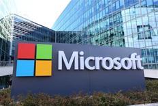 Microsoft, qui veut supprimer 1.850 postes, la plupart d'entre eux en Finlande dans sa division smartphones héritée de Nokia, est l'une des valeurs à suivre mercredi sur les marchés américains. /Photo prise le 18 avril 2016/REUTERS/Charles Platiau
