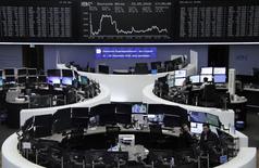 Las bolsas europeas subieron el miércoles a máximos de cuatro semanas lideradas por los sectores bancario, ante los avances en las conversaciones que buscan garantizar un alivio de deuda para Grecia, y energético, que acompañó un repunte de los precios del petróleo. En la imagen, operadores trabajan en sus mesas delante del índide de preción alemán DAX en la Bolsa de Fráncfort, el 23 de mayo de 2016. REUTERS/Remote/Staff