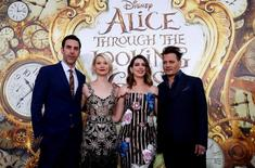 "Cohen, Wasikowska, Hathaway e Depp promovem ""Alice"" em Hollywood. 23/5/2016. REUTERS/Mario Anzuoni"