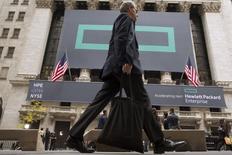 Логотип Hewlett Packard Enterprise Co. на фасаде здания Нью-Йоркской фондовой биржи. Компания HP Inc, в которую входят подразделения по производству принтеров и ПК Hewlett-Packard, отчиталась о превысившей ожидания квартальной прибыли благодаря активному сокращению расходов, которое помогло компенсировать слабый спрос на продукцию.REUTERS/Brendan McDermid