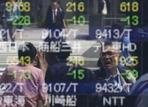 Personas se reflejan en un tablero electrónico que muestra información bursátil, en una correduría en Tokio, Japón. 18 de abril de 2016. El crudo Brent operaba por encima de 50 dólares el barril el jueves, por primera vez en casi siete meses, pero las bolsas de Asia luchaban por ganar impulso en medio de las preocupaciones sobre las tasas de interés en Estados Unidos y la desaceleración económica de China. REUTERS/Toru Hanai