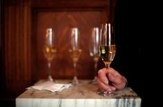 La conjoncture économique de l'année 2016 appelle à la prudence, estime le groupe de maisons de champagne  Laurent-Perrier, qui a annoncé un résultat net en hausse de 10,2% à taux de change courants à 25,2 millions d'euros pour son exercice 2015-2016. Son CA a atteint 244,8 millions d'euros, en progression de 5,6% à taux de change courants et de 3,8% à taux constants par rapport à l'exercice 2014-2015. /Photo d'archives/REUTERS/Eric Thayer