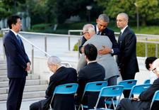 Presidente dos EUA, Barack Obama, abraçando sobrevivente Shigeaki Mori durante visita a Hiroshima, Japão.      27/05/2016    REUTERS/Kimimasa Mayama/Pool